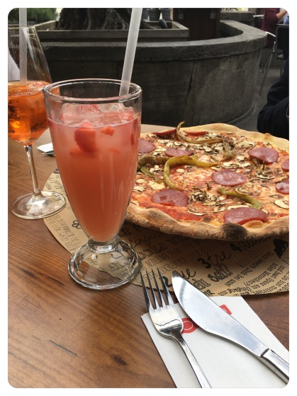 Pizza & Bellini-Cocktail