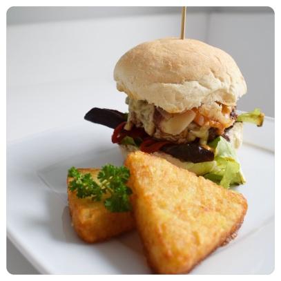 Rindfleischburger mit Antipasti