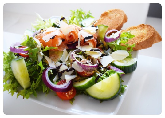 Salat mit Lachsröllchen und knusprigem Knoblauch-Baguette